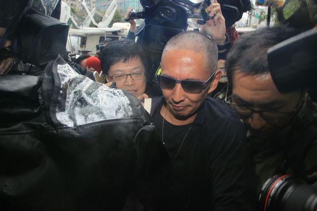 新浪娱乐讯 导演钮承泽遭女性电影工作人员指控性侵,12月7日上午,钮承泽主动到台北市警察局大安分局说明案情。大约8点35分,钮承泽约抵达大安分局,他剃了光头,在警局下车后,被媒体团团包围,他全程不发一语,短短2米走了三分钟。(林怡妘/图)
