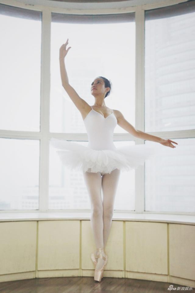 新浪娱乐讯 电影《我不是药神》中谭卓扮演单亲妈妈,为给女儿治病跳钢管舞赚钱。片中有个细节暗藏了思慧的前史:她家墙上有一些跳芭蕾舞的照片。如今这组芭蕾照曝光,似乎能让观众对思慧这个角色有了更深的了解。