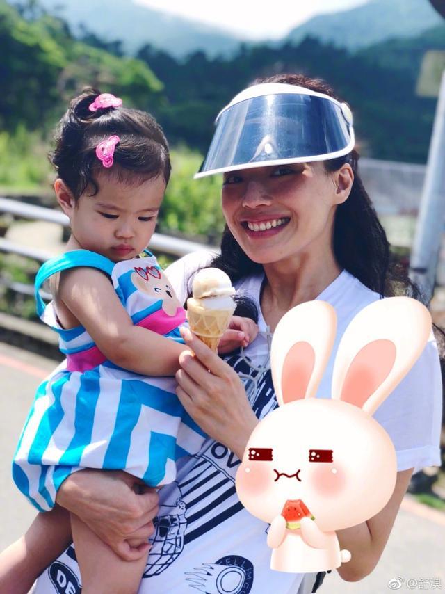 """新浪娱乐讯 5月17日,舒淇在自己微博上传组图,并配文称:""""现在的小孩都很好骗诶,还好有古早味冰淇淋抚平我內心。""""照片中,舒淇头戴遮阳帽,一手抱娃,一手拿着冰淇淋,面带微笑,十分开心。"""