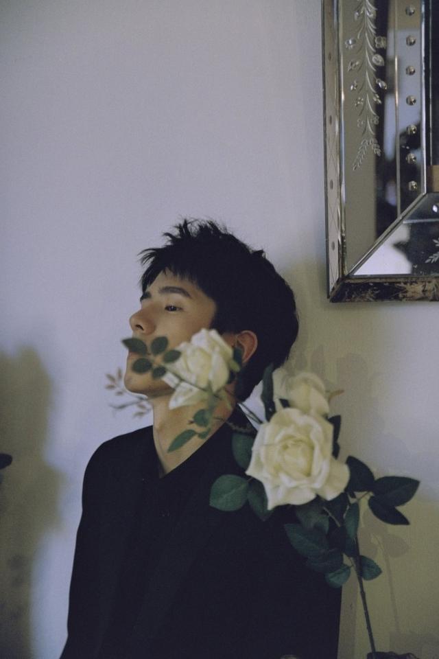 新浪娱乐讯 4月17日,网上放出一组刘昊然的写真大片。照片中的刘昊然身着黑色衬衫,五官立体,眉目清秀,一头短发干净利落,他时而站在白玫瑰后,少年与花,相映成诗;时而倚靠墙壁,微蹙眉头,金色花灯在他的面庞投下光影。