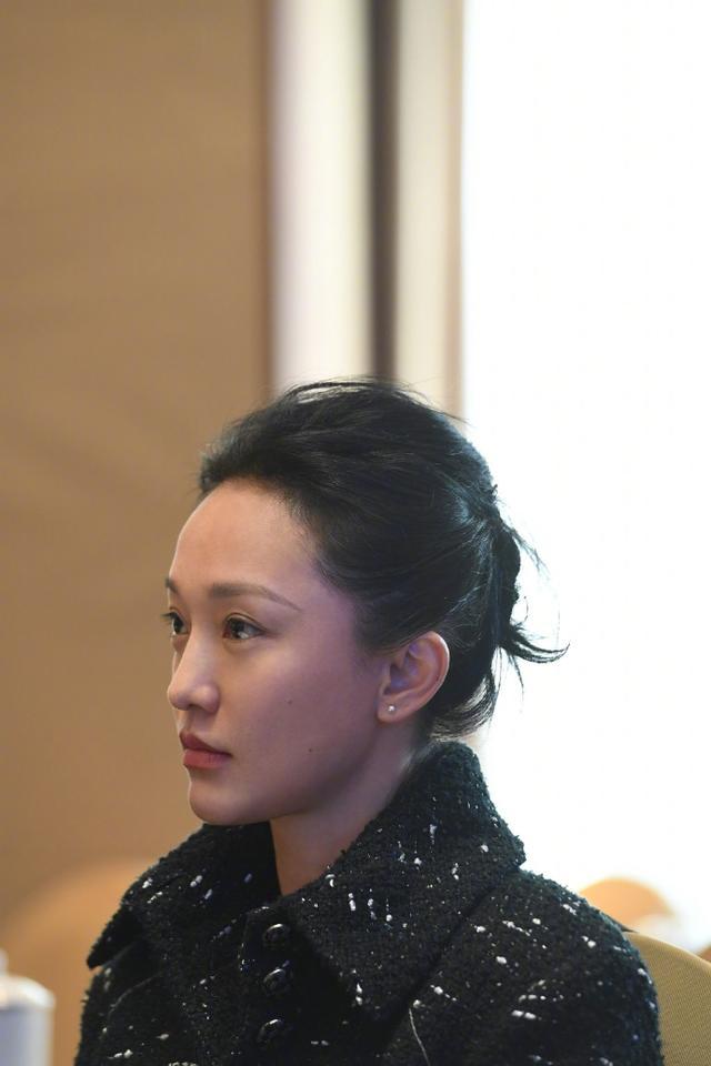 """新浪娱乐讯 10月12日,周迅工作室在微博上传一组照片,并配文称:""""迅今天参加中国文艺志愿者协会第二次全体代表大会,当选为中国文艺志愿者协会理事,并分享了自己对文艺志愿工作的体会。感谢!""""照片中的周迅身穿黑色呢子大衣,出席会议,态度认真。"""