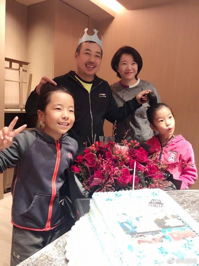 新浪娱乐讯 1月10日是刘国梁的生日,晚间他晒一家人庆祝的照片,写道:43岁说老不算老说小更不能算小啥也不说了,撸起袖子加油干吧……。照片中他戴着生日帽,和老婆女儿合影,一只手拎一个女儿的马尾,十分调皮。