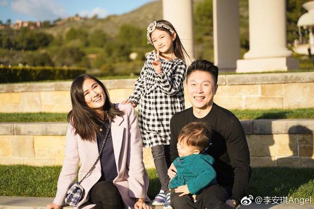 新浪娱乐讯 1月10日晚,李安琪晒出此前一家人一起过圣诞节的照片,李小鹏抱着儿子开怀大笑,奥莉倚着妈妈摆pose,单独和弟弟拍照时又姐姐范十足,温柔大方。