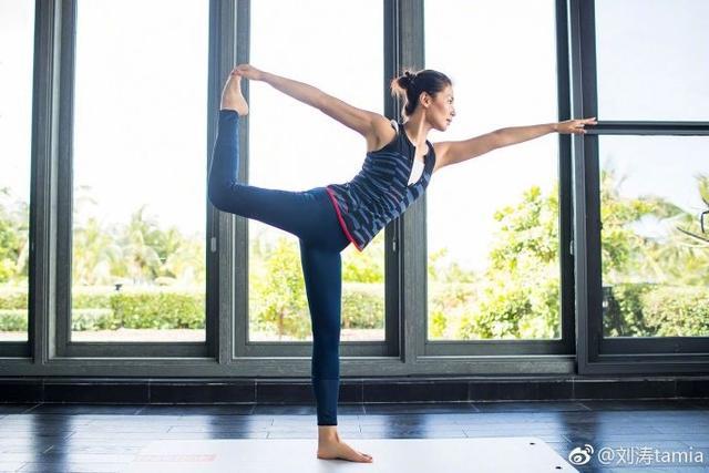 """新浪娱乐讯 4月17日,刘涛在自己微博上分享了一组健身照片,配文称:""""心·世界~梦·远方~""""照片中的她一身修身运动装,挽起头发,在垫子上大秀高难度瑜伽动作,曲线优美,修长美腿,腹肌马甲线十分吸睛。"""