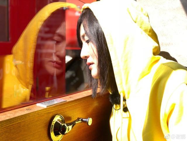 """新浪娱乐讯 10月11日,谢娜在自己微博上传一组照片,并配文称:""""别催我啦,旅途照片来啦,中间的心送给你们。""""照片中的谢娜身穿黄色连帽衫,比心微笑,十分可爱。"""
