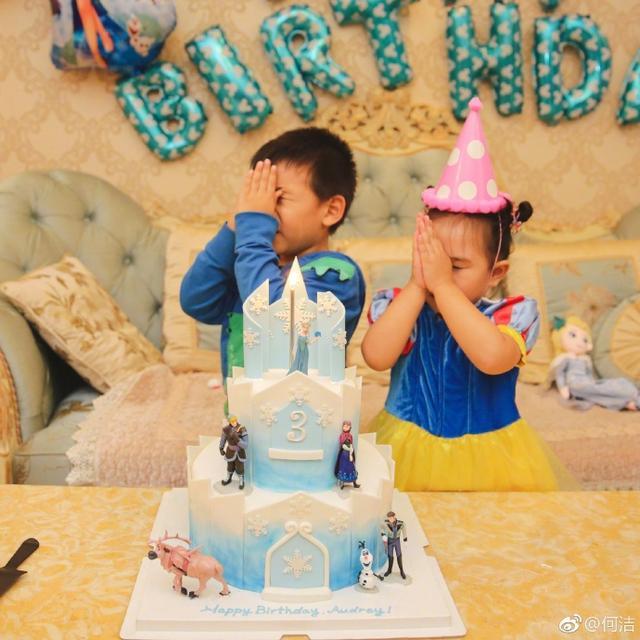 """新浪娱乐讯 11月7日,何洁在微博晒出一组女儿过生日的照片,并配文称:""""舅舅说:'宝妹切蛋糕吧!'宝妹说:'别别别 别切她们的家!'我的小公主,三周岁快乐!""""照片中的萌娃打扮成白雪公主,在蛋糕前双手合十,许下愿望,十分可爱。"""