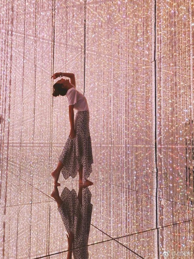 新浪娱乐讯 3月15日上午,应采儿在微博晒出一组照片,照片中应采儿貌似在看某个灯光展览,在多变的七彩灯光下应采儿不断凹着各种时尚造型,十分自信美丽,包臀鱼尾裙搭配简单白T尽显好身材。