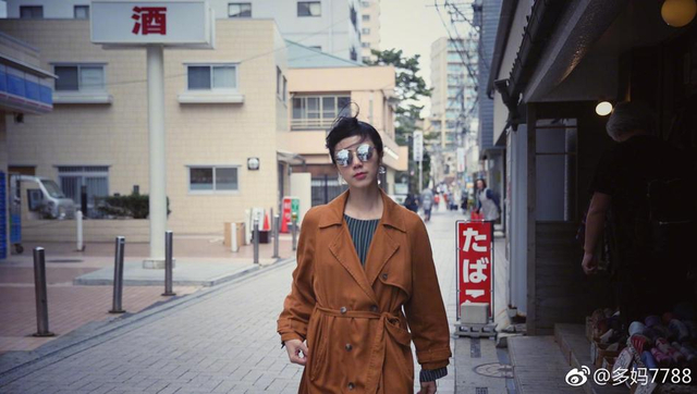 新浪娱乐讯 16日晚,孙莉晒出一组黄磊拍的自己照片,并甜蜜配文:你眼里的我。孙莉穿着姜黄色风衣,戴着墨镜气场十足,然而头发在风中凌乱,脸上洋溢着幸福的笑容。