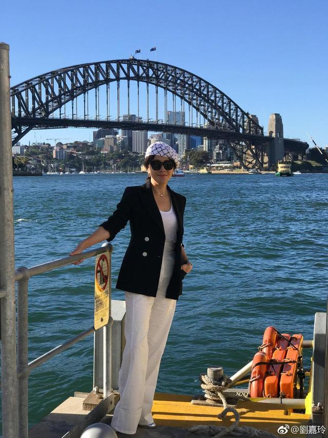 新浪娱乐讯 11日,刘嘉玲晒出在澳大利亚旅行的到此一游式游客照。她戴着贝雷帽和墨镜,白衣配白裤外搭黑色双排扣西装,倚着栏杆而站,摩登范儿十足。