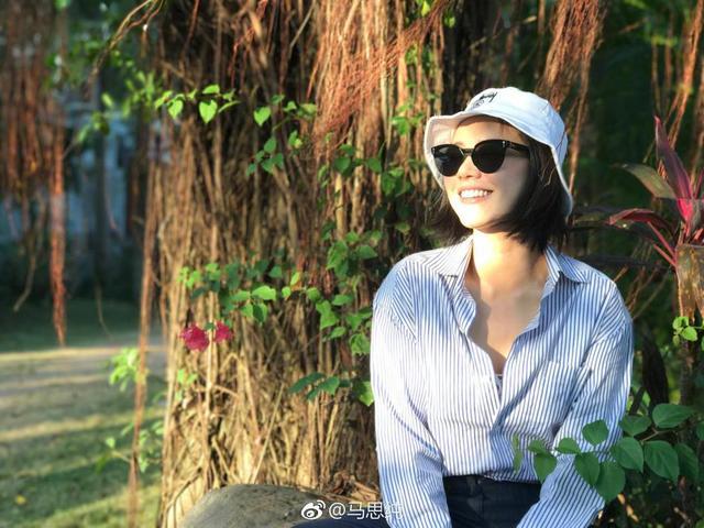 新浪娱乐讯 13日晚,马思纯晒出最新照片,写道:摄影技术哪家强? 我娘!照片中她戴着渔夫帽和墨镜,穿着条纹衬衫和牛仔裤,搭配小白裤,清新阳光。