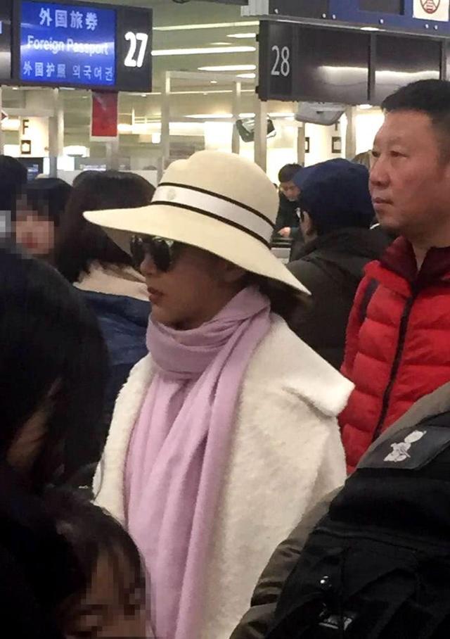 新浪娱乐讯 日前,有网友在日本羽田机场偶遇杨紫与爸爸一同排队过海关。照片中杨紫身穿宽松的白色外套,戴着墨镜以及一顶大帽子,从侧面看似乎身材圆润了不少。有杨紫的粉丝留言称,她可能带着父母到日本旅游,不过根据网友拍到的照片,只见杨紫跟爸爸的同框照,并未见到杨妈妈的身影。