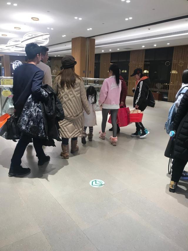 新浪娱乐讯 日前,有网友在北京SKP商场偶遇李小璐带甜馨逛街,网友更直呼甜馨长得越来越可爱,十分招人喜欢。照片中李小璐身穿粉嫩上衣搭配紧身裤,扎着马尾辫打扮得十分少女,而甜馨则穿着白色外套被李小璐紧紧牵着,一行人匆忙离去十分低调,此次全程仍未见到贾乃亮的身影。