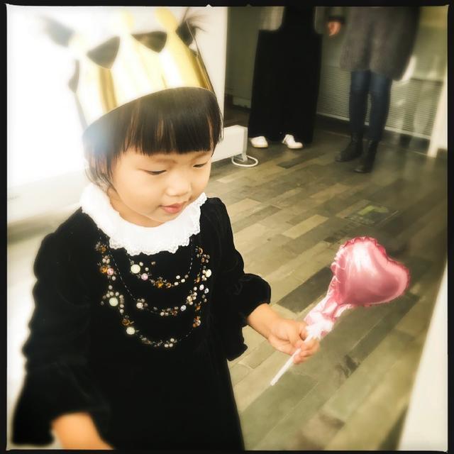 """新浪娱乐讯 11月9日,姚晨工作室在微博晒出一组照片,并配文:""""茉莉妹妹两岁啦""""。今天是小茉莉的两岁生日。照片中小茉莉头带寿星帽,表情呆萌可爱实力抢镜。网友们纷纷送上祝福:""""今年吹蜡烛的时候茉莉妹妹没有哭哦""""、""""宝贝生日快乐 """"。"""