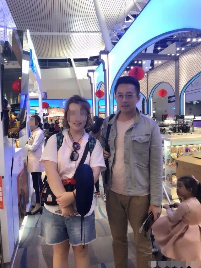 新浪娱乐讯 日前,有网友在泰国普吉机场偶遇汪小菲一家回国。网友只晒出了与汪小菲的合照,照片中的他戴着眼镜,身穿白色T恤和浅蓝色牛仔外套,面对合照要求十分和善。该网友随后解释了大S未出镜的原因,原来是因为大S当时胃不舒服不想拍照。