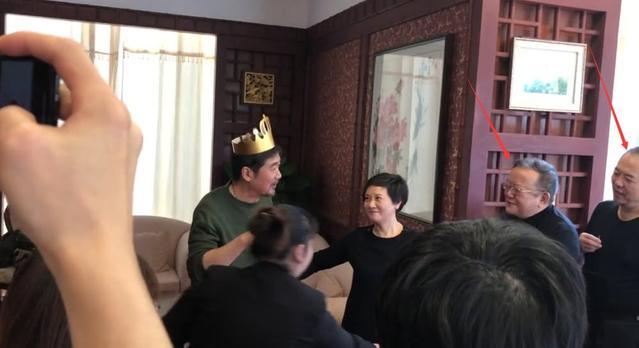 组图:张国立64岁生日与邓婕恩爱贴脸 张铁林王刚现身重组铁三角