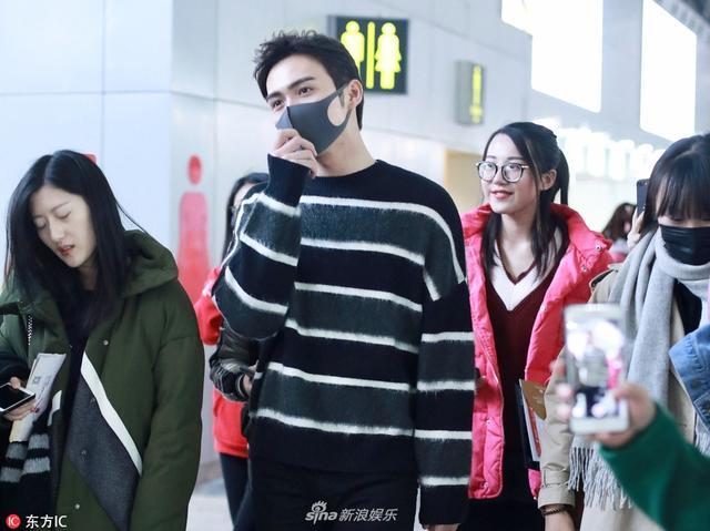 新浪娱乐讯 12日,张彬彬现身北京机场,被美女粉丝一把搂住合影。