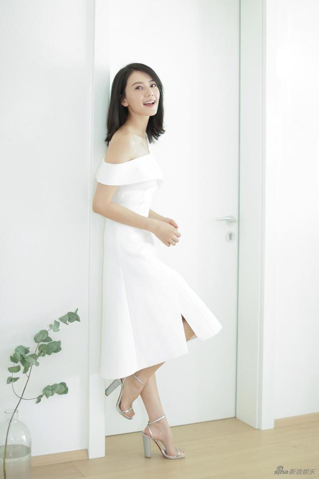 新浪娱乐讯 近日高圆圆一组白色连衣裙写真曝光,小露香肩的她优雅性感,笑起来迷人十足。