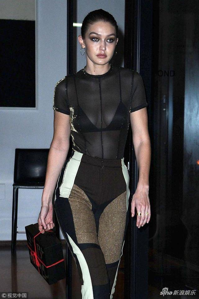 新浪娱乐讯 当地时间2018年10月9日,美国纽约,女星吉吉·哈迪德(Gigi Hadid)现身街头。她身穿黑色透视装,露性感美胸,秀逆天大长腿,手提礼物参加妹妹贝拉的生日宴会。(视觉中国/图)