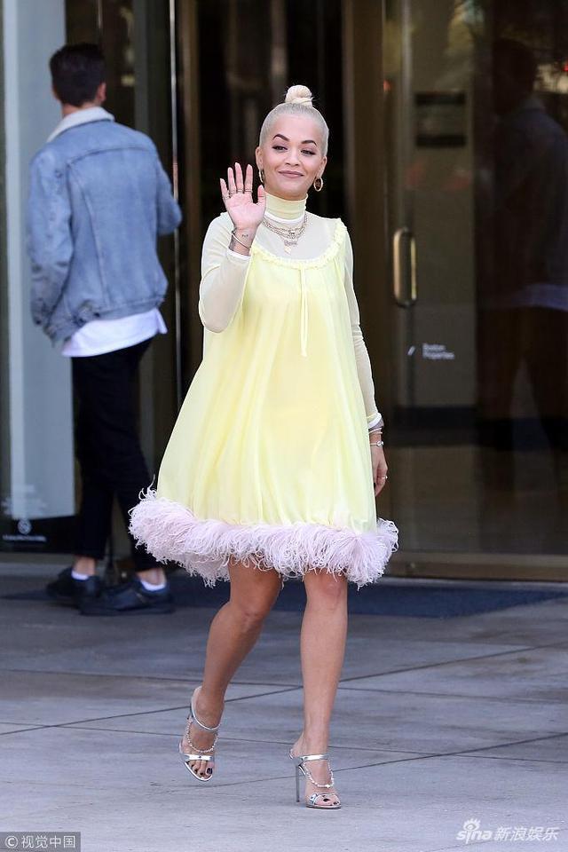 新浪娱乐讯 当地时间2018年10月10日,洛杉矶,瑞塔·奥拉(Rita Ora) 亮相街头,她身穿黄色蛋糕裙扮嫩,梳着冲天丸子头,勒出发际线依旧自信挥手。(视觉中国/图)