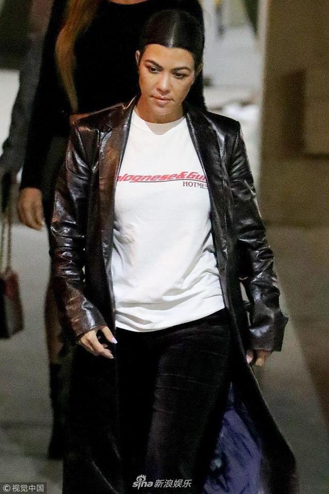 新浪娱乐讯 当地时间2018年11月7日,美国比佛利山庄,拉尔萨·皮蓬(Larsa Pippen)、特拉维斯·巴克(Travis Barker)、考特妮·卡戴珊(Kourtney Kardashian)现身街头。考特妮·卡戴珊身穿黑色长款皮衣变街头大姐,和拉尔萨、特拉维斯夜袭街头超嗨,同乘一车离去。(视觉中国/图)