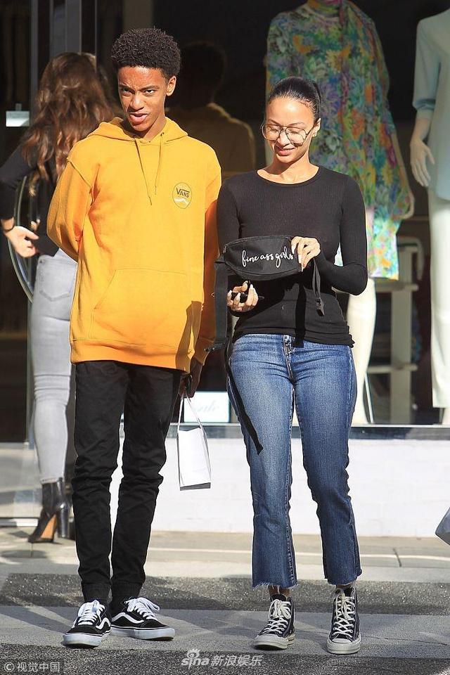 新浪娱乐讯 当地时间2019年1月10日,美国加州比弗利,卓雅·米歇尔(Draya Michele)与儿子现身街头。与儿子形似姐弟的她身着九分牛仔喇叭裤,搭配帆布鞋,非常年轻。