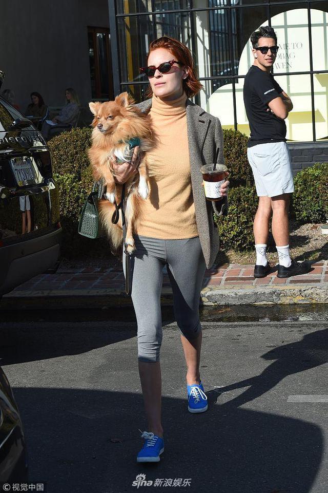 新浪娱乐讯 当地时间2019年1月10日,美国好莱坞,塔路亚·威利斯(Tallulah Willis)带宠物犬现身街头。怀抱着狗狗的她手里端着咖啡,走路带风气场十足。