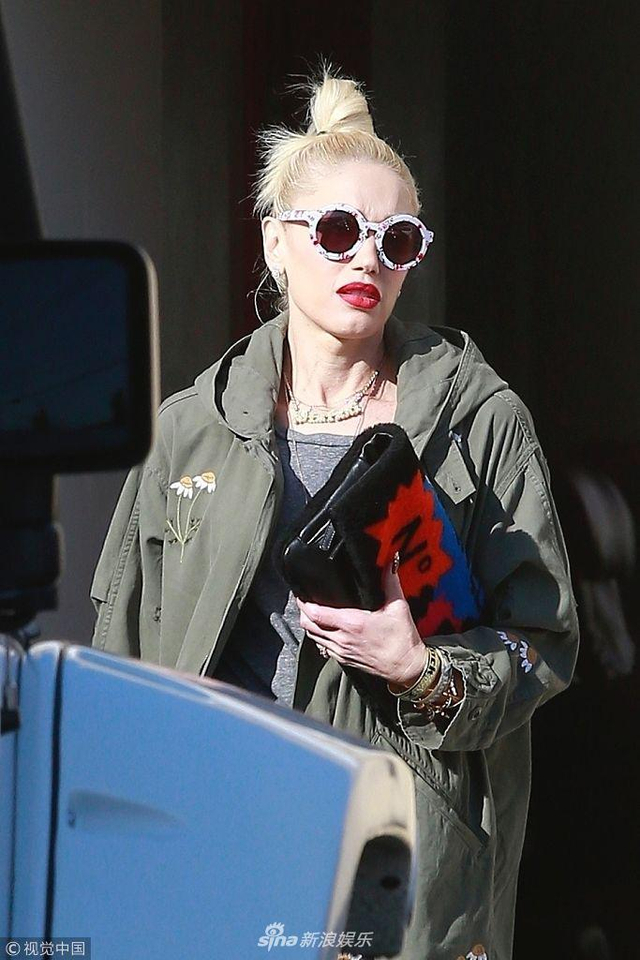 新浪娱乐讯 当地时间2019年1月10日,美国洛杉矶,格温·史蒂芬妮(Gwen Stefani)现身街头。白到发光的她扎着冲天丸子头,搭配复古墨镜,造型吸睛。