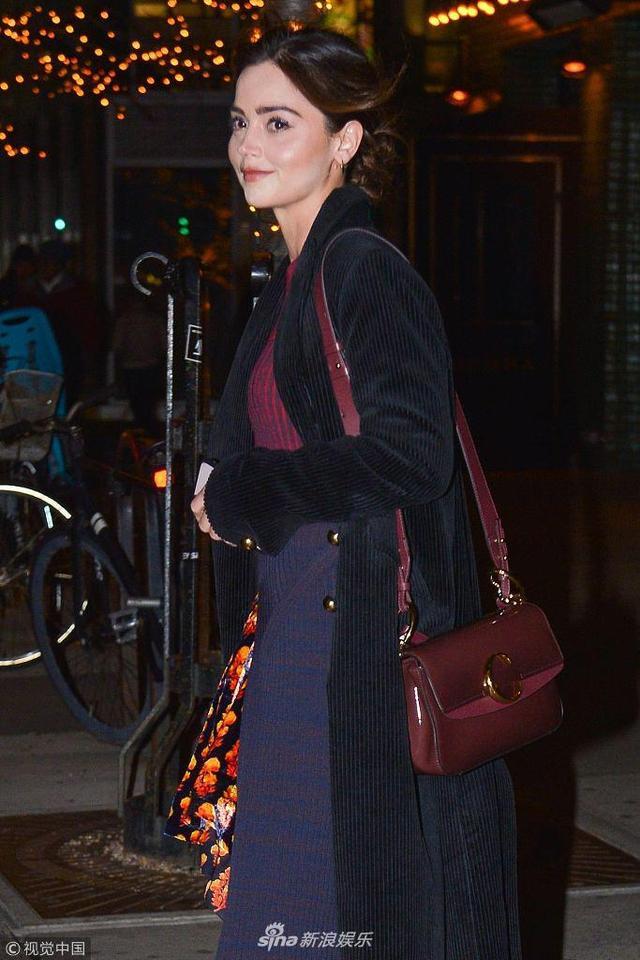 新浪娱乐讯 当地时间2019年1月10日,美国纽约,珍娜·科尔曼(Jenna Coleman)现身街头。她不惧寒冷露美腿,穿印花短裙配靴子潮爆街头,见镜头甜笑任拍大秀完美侧颜。