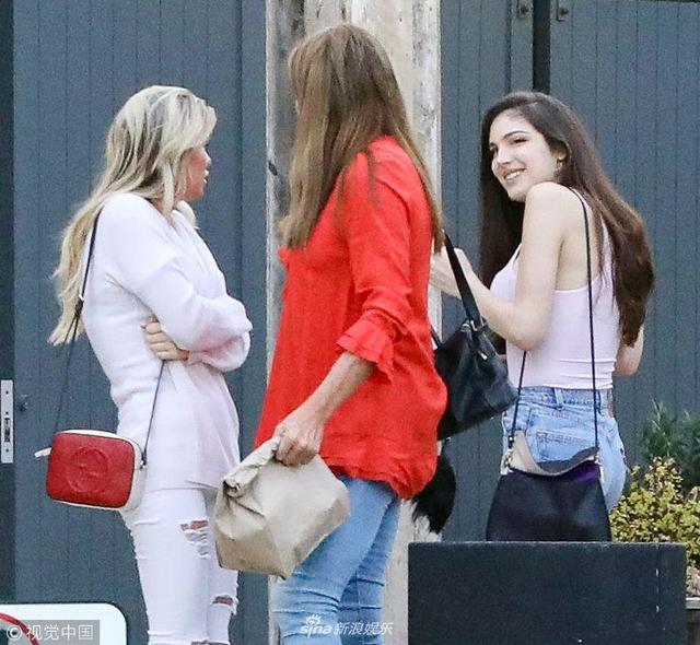 新浪娱乐讯 当地时间2018年4月15日,美国马里布, 卡戴珊变性继父凯特琳·詹纳与女儿凯莉·詹娜现身街头。他穿红色外套格外吸睛,与女儿一起出街吃饭热聊不止心情赞,两人模样十分相识傻傻分不清。