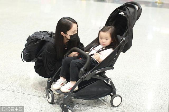 新浪娱乐讯日前,董璇带女儿现身北京机场。当天她蹲地悉心照料爱女,为保释丈夫高云翔愿与女儿搬到澳洲。(视觉中国/图)