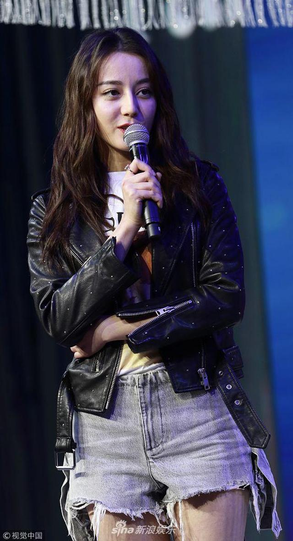 新浪娱乐讯 1月12日,迪丽热巴在上海出席活动。手握话筒侃侃而谈的热巴甜笑不断,魅力爆表可爱满分。身着热裤配皮衣秀美腿,超迷人。(视觉中国/图)