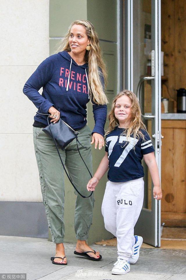 新浪娱乐讯 当地时间2018年5月13日,比佛利山庄,伊丽莎白·伯克利带儿子现身街头。伊丽莎白·伯克利身穿蓝色卫衣搭配军绿休闲裤,脚踩人字拖,随性简单,毫无明星范,她手牵儿子从餐厅出来,两人对镜甜笑,看来家庭日过的很开心。