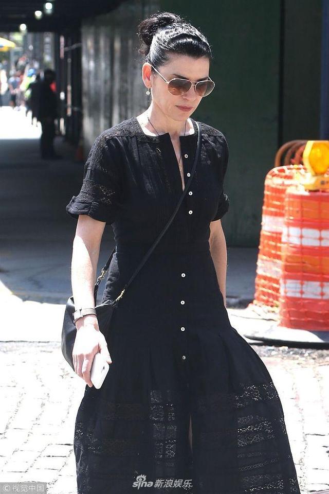 新浪娱乐讯 当地时间2018年5月15日,美国纽约,朱丽安娜·玛格丽丝现身街头,她身穿黑色连衣裙优雅大气,头发高高扎起,戴着墨镜遮面御姐范十足。