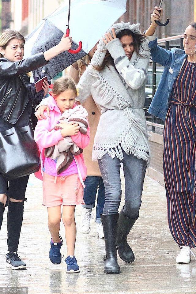 新浪娱乐讯 当地时间2018年5月16日,纽约,贝瑟妮·弗兰克尔现身街头。贝瑟妮·弗兰克尔和女儿 Bryn 在郊游时,外出吃饭时偶遇下大雨,身边三个助理为其打伞。