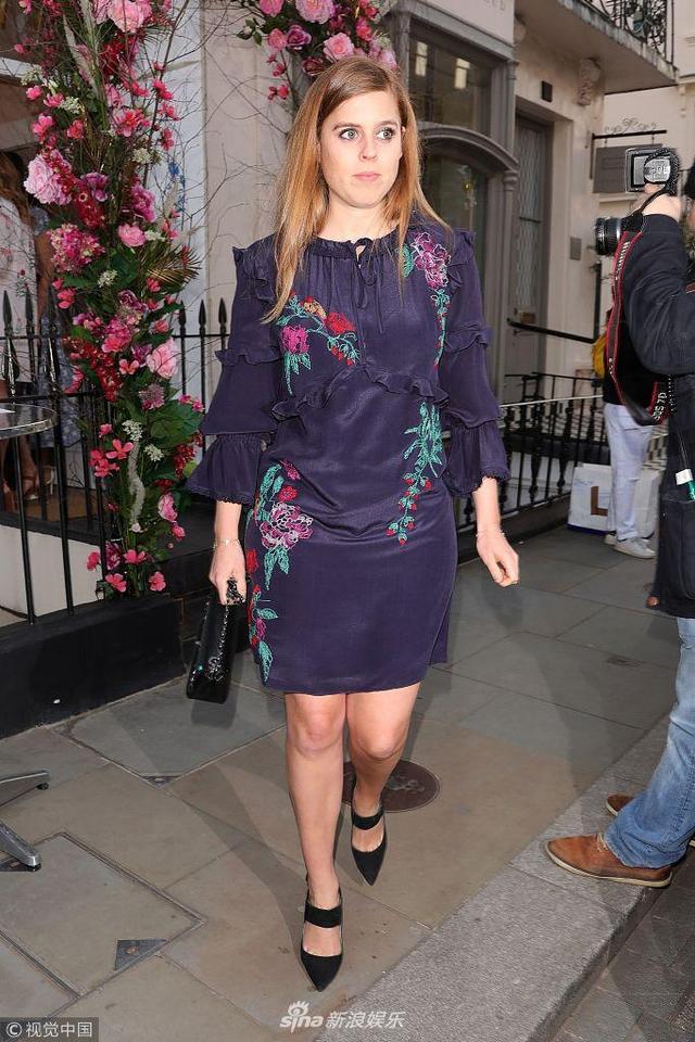 新浪娱乐讯 当地时间2018年5月16日,伦敦,英碧翠丝公主酒店现身。碧翠丝公主身穿深褐色印花裙,四肢纤细,身材保持的很好,一向时尚的她近日穿着略显老气。