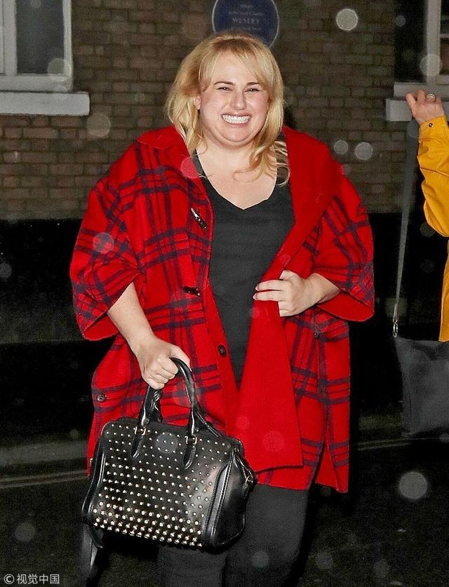 新浪娱乐讯  瑞贝尔·威尔森现身街头。她披着一件红色披风,嘴上笑开花,双下巴抢镜。