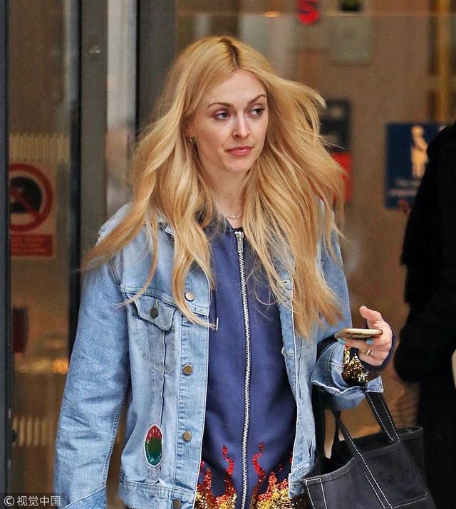 新浪娱乐讯  英国伦敦,菲妮·科顿现身街头。她身穿牛仔外套,金发飞扬。