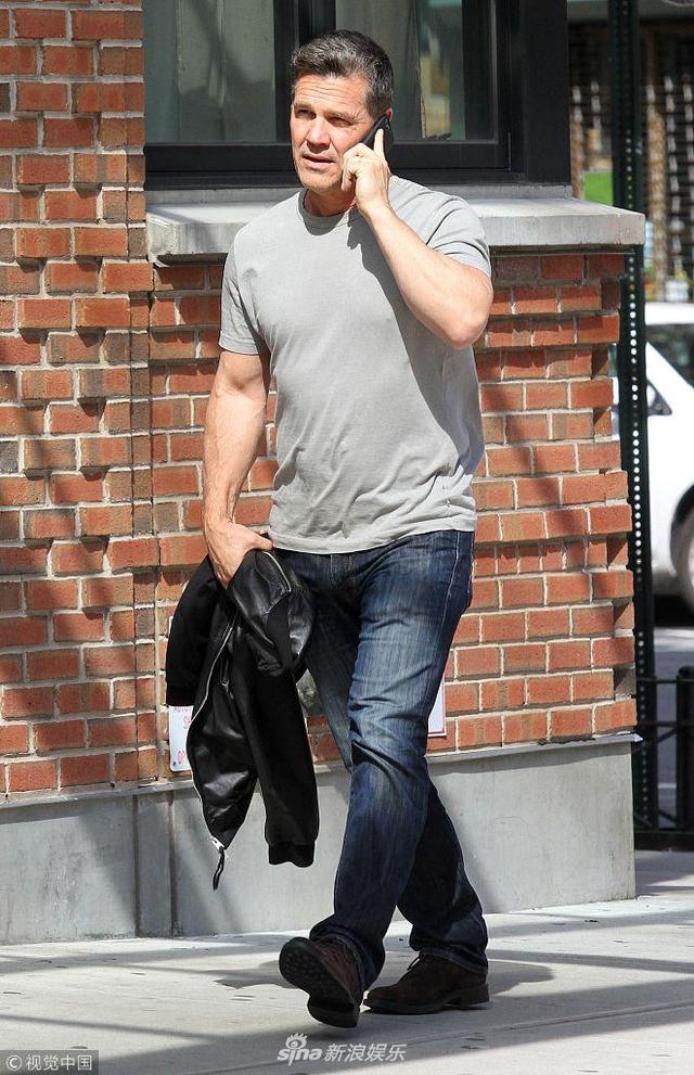 """当地时间2018年5月14日,纽约,""""灭霸""""乔什·布洛林现身街头。乔什·布洛林一身休闲装扮出街,手拿外套大秀肌肉,路边边走边打电话。在科幻电影《复仇者联盟3:无限战争》中饰演超级反派灭霸深受观众喜欢。"""
