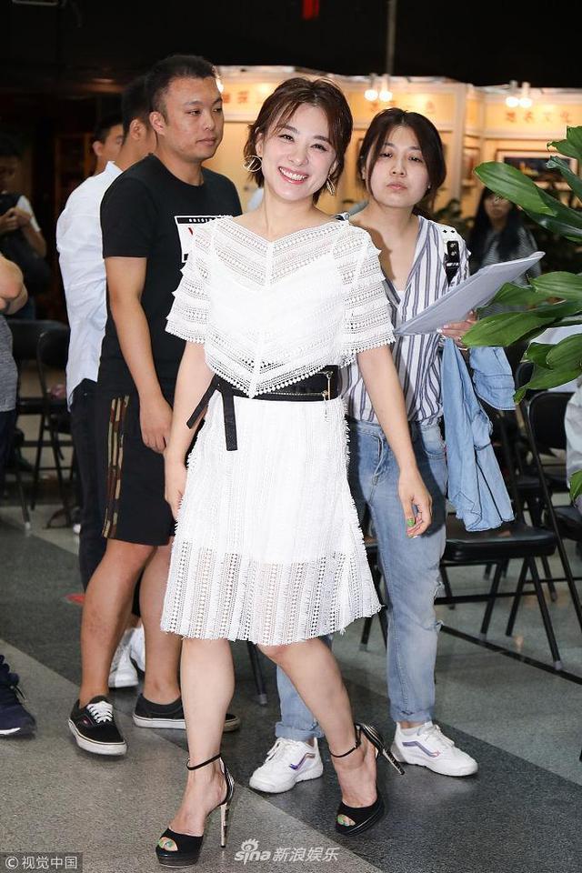 新浪娱乐讯 2018年7月12日,北京,刘璇出席活动。当天,刘璇身穿白色蕾丝裙亮相,不时露出笑容,心情十分不错。(视觉中国/图)