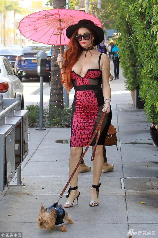 新浪娱乐讯 当地时间2018年9月27日,加利福尼亚,菲比·普莱斯(Phoebe Price)现身街头遛狗,她一手牵狗一手打伞凹造型,大秀前凸后翘火辣好身材。(视觉中国/图)