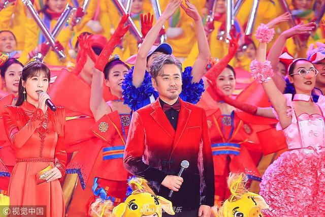 新浪娱乐讯 近日,2019年北京卫视春晚录制图高清图曝光,吴秀波担任主持人,他身穿红西装亮相稳重范主持。