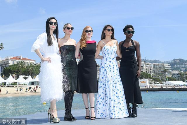 新浪娱乐讯 卡司闪耀的《355》终于亮相戛纳电影节,范冰冰、玛丽昂·歌迪亚、杰西卡·查斯坦、佩内洛普·克鲁兹、露皮塔·尼永奥 ,演绎全球女特工。(视觉中国/图)