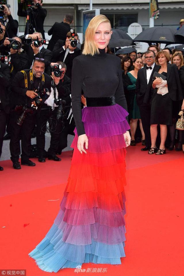 新浪娱乐讯 当地时间2018年5月14日,法国戛纳,第71届戛纳国际电影节,《黑色党徒》(Blackkklansman)举办首映礼。 凯特·布兰切特(Cate Blanchett)渐变蛋糕裙秀美背。(视觉中国/图)