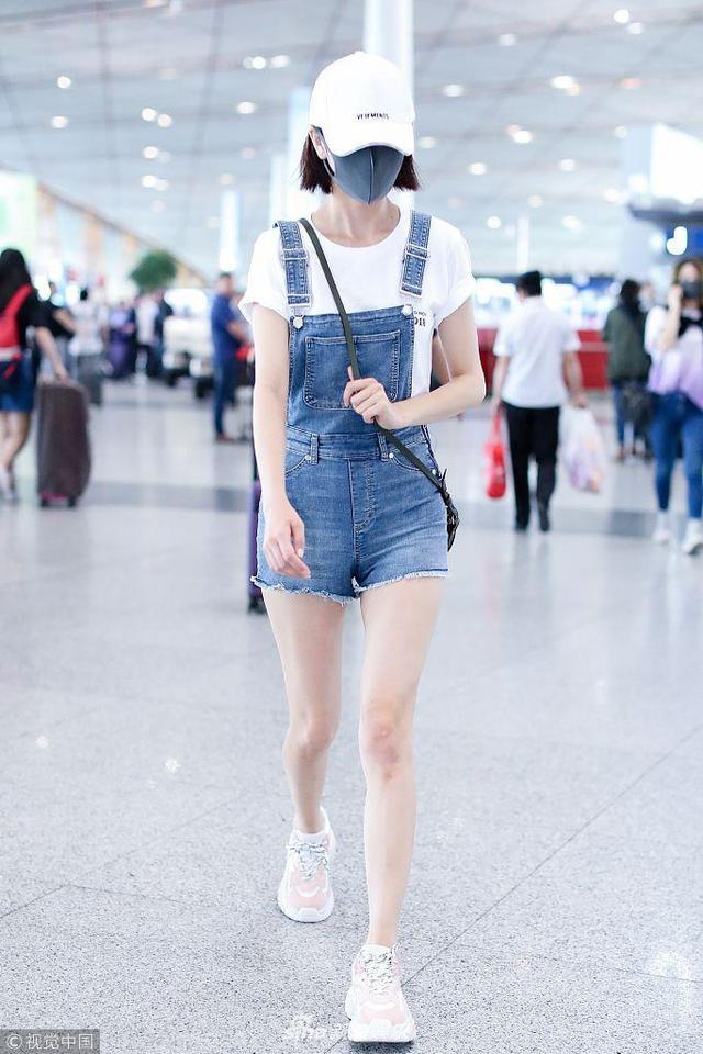 新浪娱乐讯 2018年5月15日,北京,正在宣传新片《超时空同居》的佟丽娅现身北京机场。佟丽身着一身牛仔短裤青春气十足。(视觉中国/图)