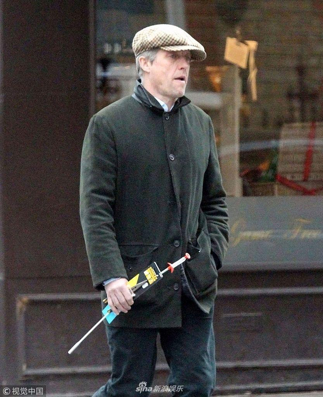 新浪娱乐讯 当地时间2018年4月16日,英国伦敦,57岁的休·格兰特( Hugh Grant )现身街头,近日他迎来自己的第5个孩子,喜气十足,戴着鸭舌帽遮白发,出街给娃买玩具。(视觉中国/图)