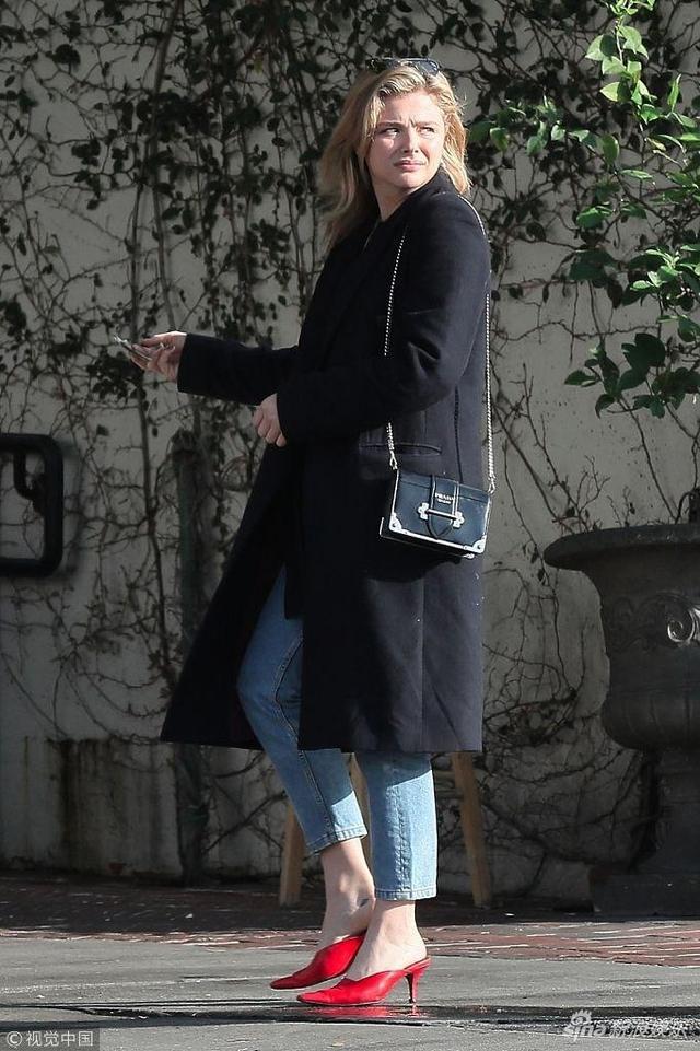 """新浪娱乐讯 当地时间2018年11月8日,洛杉矶,""""超杀女""""科洛·莫瑞兹(Chloe Grace Moretz)和友人外出用餐,科洛身穿黑色大衣,脚踩红色细跟鞋女人味爆棚。"""