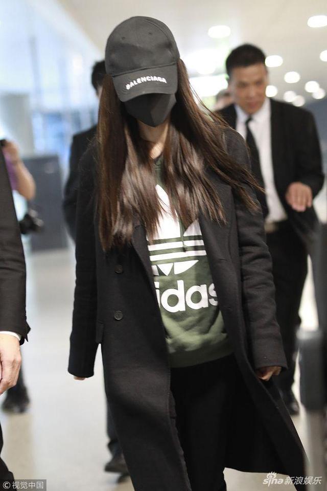 """新浪娱乐讯 2018年11月9日,上海,Angelababy现身机场。她头戴黑色棒球帽,口罩遮面不见真容,全黑 look潮酷范十足,左右两边助理保镖齐护驾似""""大佬""""出街。"""