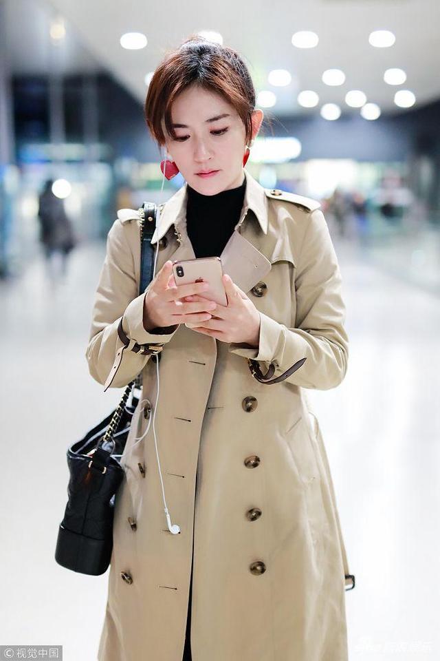 新浪娱乐讯 2018年11月9日,上海,谢娜现身机场。谢娜风衣现身优雅知性, 一路玩手机变网瘾少女。