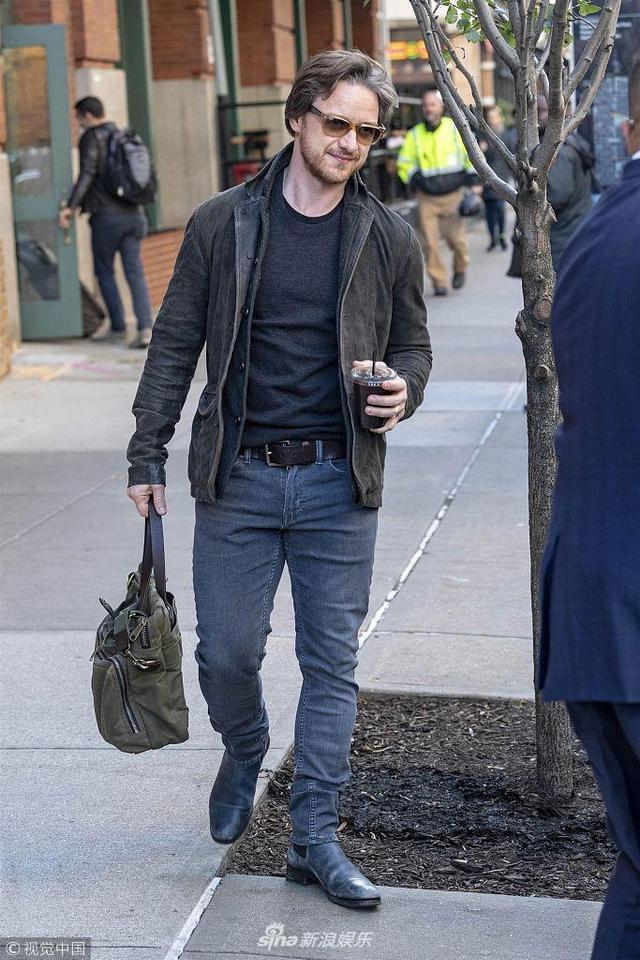 """当地时间2018年11月8日,纽约,詹姆斯·麦卡沃伊(James McAvoy)现身街头。他身穿灰色休闲装,穿搭简约毫无星味,手提绿色麻袋包出门好似""""打工小哥""""。"""