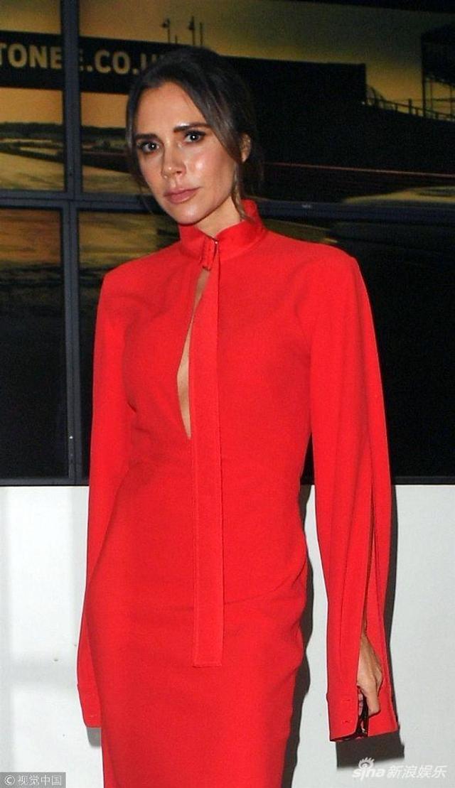 新浪娱乐讯 当地时间2018年12月6日,英国伦敦,维多利亚·贝克汉姆(Victoria Beckham)现身街头。她穿红色长裙走猫步潮爆街头,见镜头驻足摆拍。